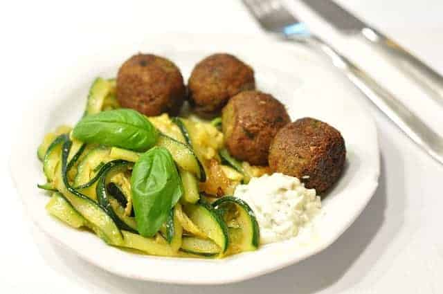 Pulpettes of millet groats with cucumber salad
