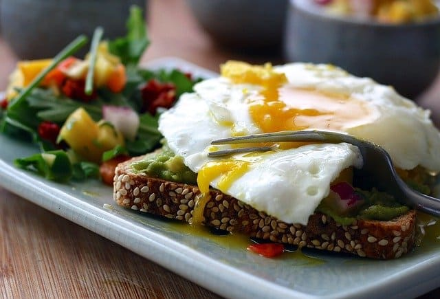 Healthy meal - wholemeal toast with egg and vegetables