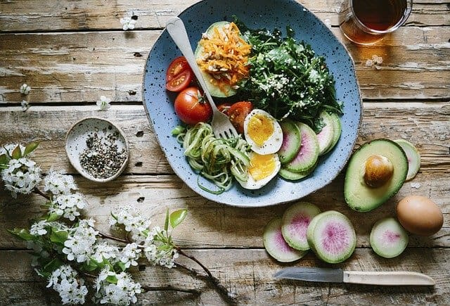 diet for the brain, healthy meal, egg, avocado, spinach